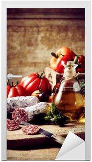 Naklejka na Drzwi Plastry kiełbasa z słoik oliwek i pomidorów
