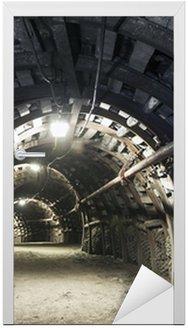 Naklejka na Drzwi Podziemny tunel w kopalni węgla kamiennego