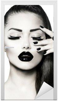 Naklejka na Drzwi Portret czarno-biały dziewczyna brunetka. modny manicure kawiorem