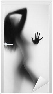 Naklejka na Drzwi Sexy girl za zasłoną łazience