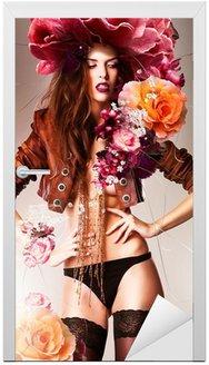 Śliczny, przepiękny erotyczne kobieta w brązowym płaszczu i kwiatów dużych