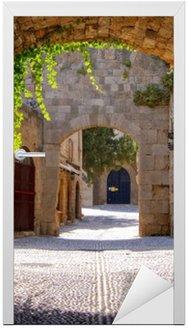 Naklejka na Drzwi Średniowieczne łukowe ulica na starym mieście w Rodos, Grecja