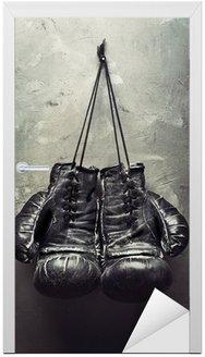 Naklejka na Drzwi Stare rękawice bokserskie powiesić na gwoździu