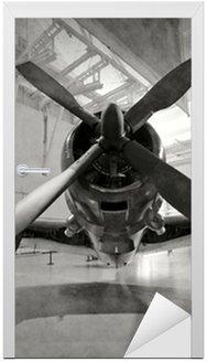 Naklejka na Drzwi Stary samolot w hangarze