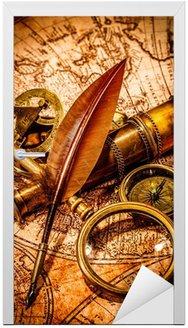 Naklejka na Drzwi Szkło powiększające rocznika leży na starożytnej mapie świata