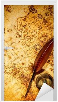 Naklejka na Drzwi Vintage kompas i gęsi pióro długopis leżący na starej mapie.