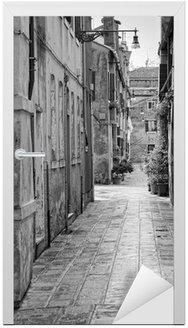 Naklejka na Drzwi Wąska uliczka w Wenecja, Włochy