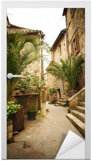 Wąska uliczka ze starych budynków w typowych włoskich średniowiecznego miasta