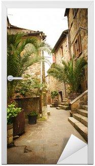 Naklejka na Drzwi Wąska uliczka ze starych budynków w typowych włoskich średniowiecznego miasta
