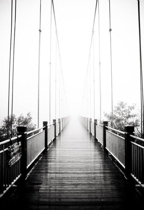 Naklejka na Drzwi Widok na pieszych drewniany most w mgle -
