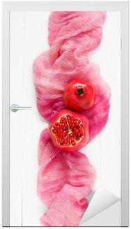 Naklejka na Drzwi Widok z góry dojrzałego granatu na różowym tkaniny. Moda w stylu minimal Żywności. tylko granatu