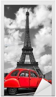 Naklejka na Drzwi Wieża Eiffla z czerwonym starym samochodem w Paryżu, Francja