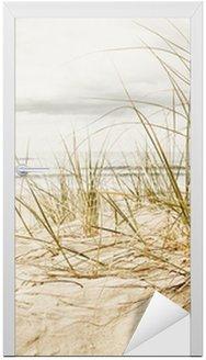 Naklejka na Drzwi Zamknąć z wysokiej trawy na plaży podczas pochmurnego sezonie