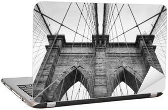 Naklejka na Laptopa Brooklyn Bridge New York City bliska detal architektoniczny w ponadczasowej czerni i bieli