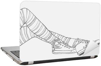 Naklejka na Laptopa Nogi kobiet w pasiastych pończochach i trampki