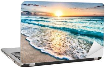 Naklejka na Laptopa Wschód słońca nad plaży w Cancun