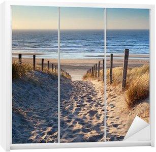 Naklejka na Szafę Droga do północnej plaży morskiej w złoto słońca