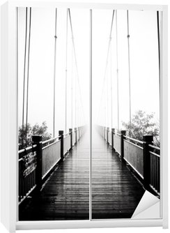 Naklejka na Szafę Widok na pieszych drewniany most w mgle