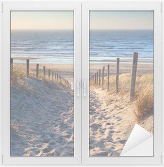 Naklejka na Szybę i Okno Droga do północnej plaży morskiej w złoto słońca