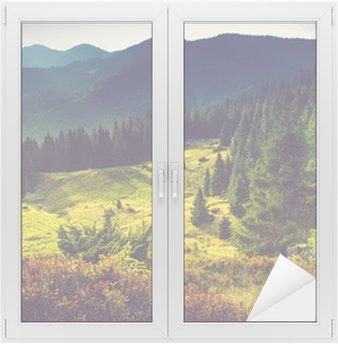 Naklejka na Szybę i Okno Piękny górski krajobraz lato na słońcu.