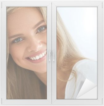 Naklejka na Szybę i Okno Portret Piękna kobieta zadowolony z białymi zębami Uśmiechnięte. Piękno. Wysoka rozdzielczość obrazu