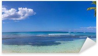 Naklejka Pixerstick Panoramiczny widok na tropikalnej plaży z palmami