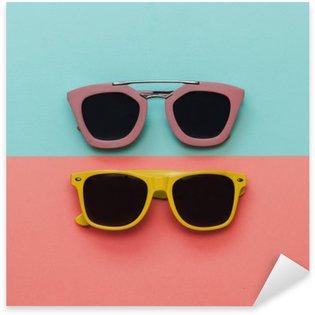 Naklejka Pixerstick Płaski lay zestaw mody: dwa okulary na pastelowe tło. Widok z góry.
