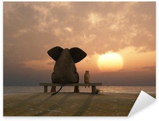Naklejka Słoń i pies siedzieć na plaży latem