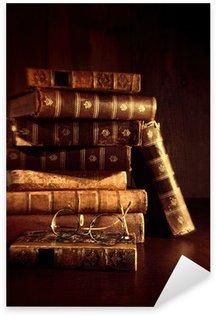 Naklejka Pixerstick Stos starych książek z okularów do czytania
