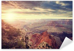 Naklejka Pixerstick Vintage stonowanych słońca nad Grand Canyon, jeden z najważniejszych atrakcji turystycznych w Stanach Zjednoczonych.