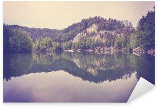 Naklejka Pixerstick Vintage stonowanych spokojny górskie jezioro z odbicia w spokojnej wodzie.