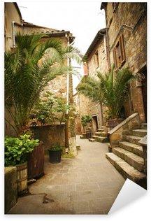 Naklejka Wąska uliczka ze starych budynków w typowych włoskich średniowiecznego miasta