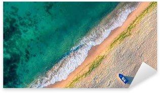 Naklejka Pixerstick Widok z lotu ptaka fale oceanu i piasek na plaży