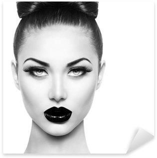Naklejka Pixerstick Wysoka modelka piękna dziewczyna z czarnym makijaż i długie lushes