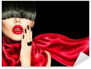 Naklejka Wysokiej mody dziewczyna z modnych fryzur, makijażu i manicure