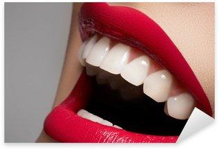 Naklejka Zbliżenie Szczęśliwa kobieta uśmiech ze zdrowymi białymi zębami