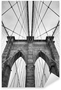 Nálepka Pixerstick Brooklyn Bridge New York City zblízka architektonický detail v nadčasové černé a bílé