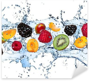 Nálepka Pixerstick Čerstvé ovoce v stříkající vodě, izolovaných na bílém pozadí