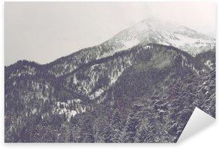 Nálepka Mraky se pohybuje přes vzdálený vrchol hory