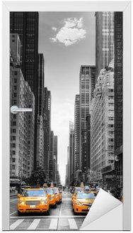 Nálepka na Dveře Avenue s taxíky v New Yorku.