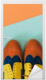 Nálepka na Dveře Byt Dispozice módní set: barevné ročník boty na barevném pozadí. Pohled shora.