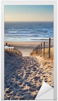 Nálepka na Dveře Cesta na severní pláži u moře ve zlatě slunci