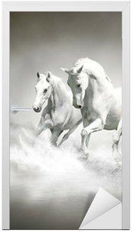 Nálepka na Dveře Stádo bílých koní běží přes vodu