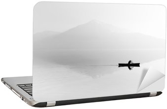 Nálepka na Notebook Mlha nad jezerem. Silueta horami v pozadí. Muž plave v člunu s pádlem. Černý a bílý