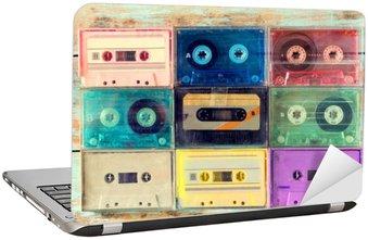 Nálepka na Notebook Pohled shora (viz výše) záběr retro kazety s páskou na dřevěném stole - vintage barevné styly efekt.
