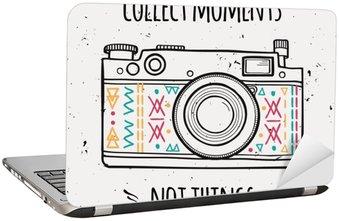 """Nálepka na Notebook Vektorové ilustrace s retro fotoaparátem a typografie fráze """"Collect okamžiky nejsou věci""""."""