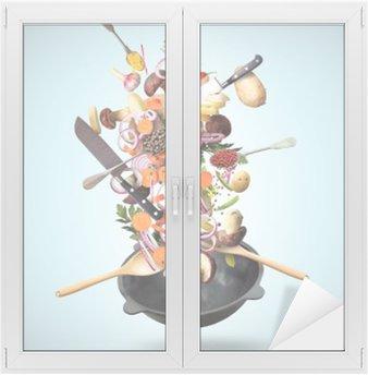 Nálepka na Sklo a Okna Velký železo pánev s padající zeleninou a houbami