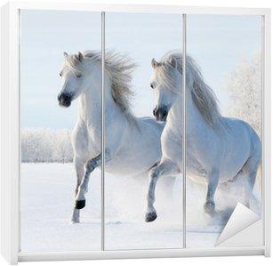Nálepka na Skříň Dvě bílé koně cval na sněhu pole