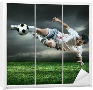 Nálepka na Skříň Fotbalový hráč s míčem v akci za deště venku