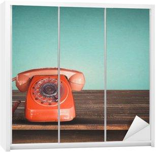Nálepka na Skříň Retro červený telefon na stůl s vintage zelené pastelové pozadí